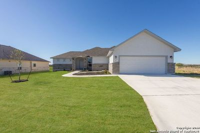 Floresville Single Family Home Active RFR: 161 Fairway Dr