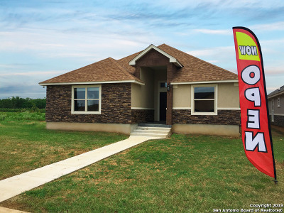 Floresville Single Family Home For Sale: 720 Crestview