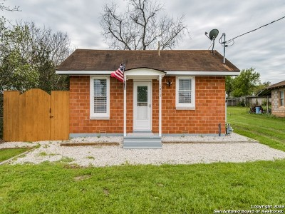 Floresville Single Family Home New: 1415 2nd St