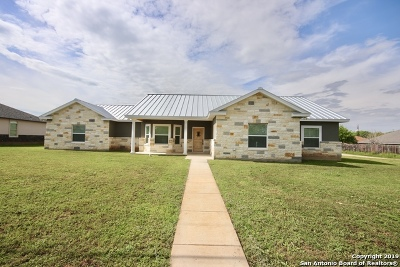Floresville Single Family Home For Sale: 704 Crestview