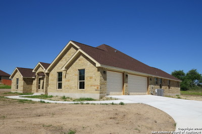 Floresville TX Single Family Home New: $400,000