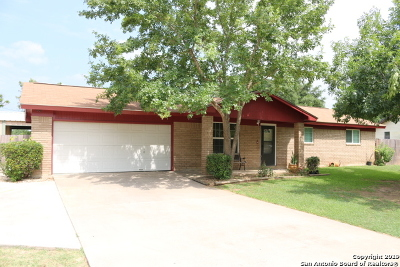 Atascosa County Single Family Home Active Option: 304 Tagert St