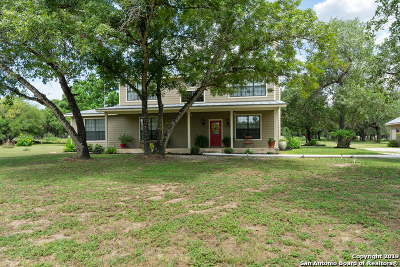 Floresville Single Family Home For Sale: 215 Cherry Ridge