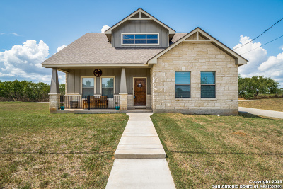 Floresville Single Family Home New: 752 Crestview