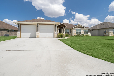 Floresville Single Family Home New: 132 Fairway Dr
