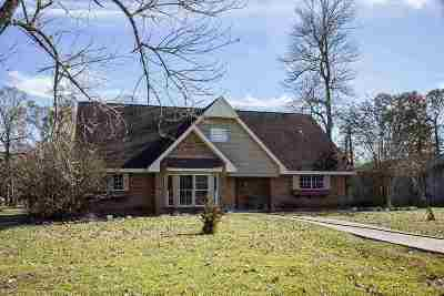 Single Family Home For Sale: 403 W Pineshadows