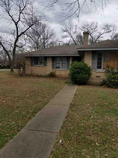 West Single Family Home For Sale: 812 N College