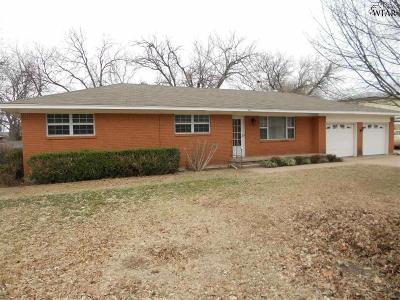 Burkburnett Single Family Home For Sale: 800 Meadow Drive