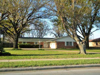 Burkburnett Single Family Home Active W/Option Contract: 1122 Sycamore Drive