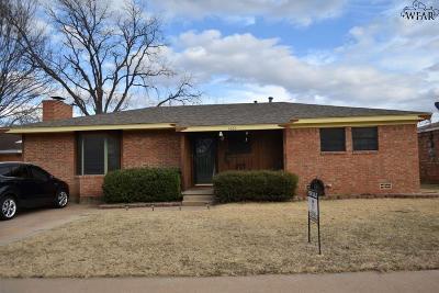 Wichita Falls Single Family Home Active W/Option Contract: 4665 Mistletoe Drive