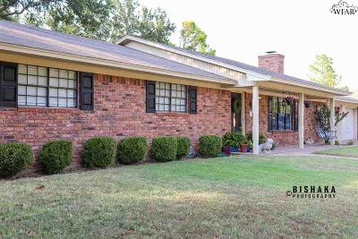 Burkburnett Single Family Home Active W/Option Contract: 938 Kiowa Drive