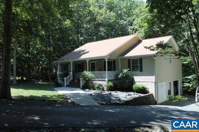 Palmyra Single Family Home For Sale: 104 Colonial Ct