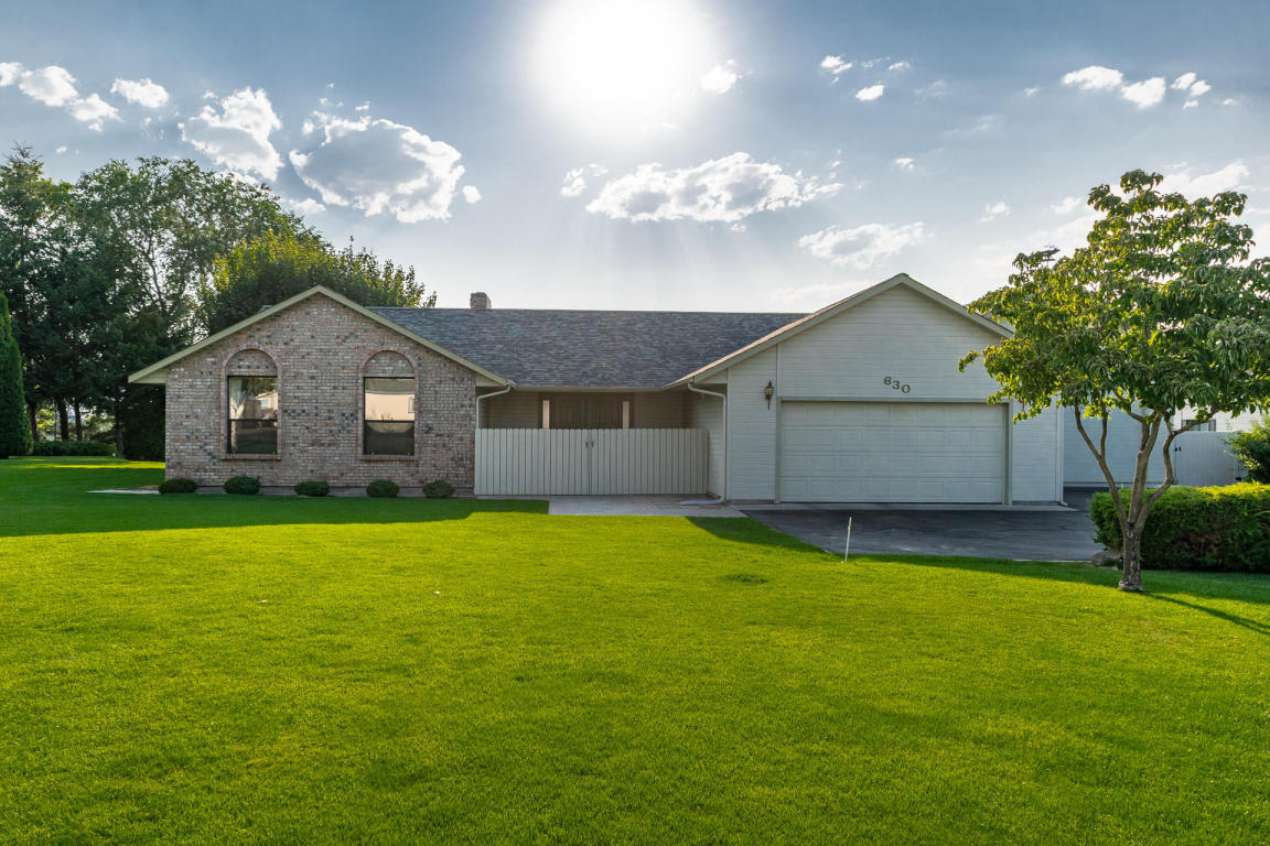 3 bed / 2 full, 1 partial baths Home in East Wenatchee for $499,900