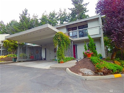 Mountlake Terrace Condo/Townhouse For Sale: 22713 Lakeview Dr #B-6