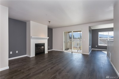 Issaquah Condo/Townhouse For Sale: 23420 SE Black Nugget Rd #E104