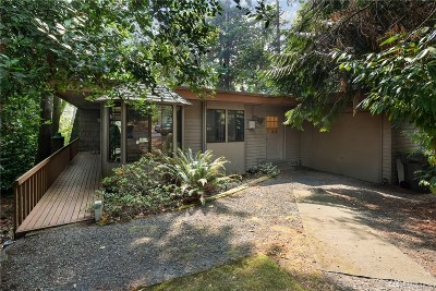 Kirkland Single Family Home For Sale: 12806 Holiday Dr NE