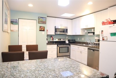 Renton Condo/Townhouse For Sale: 4300 Sunset Blvd. #A-1