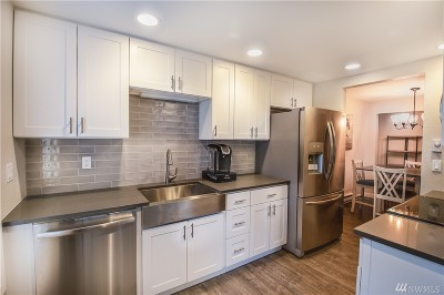 Condo/Townhouse For Sale: 4737 W Lake Sammamish Pkwy SE #A211