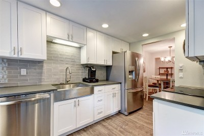 Issaquah Condo/Townhouse For Sale: 4737 W Lake Sammamish Pkwy SE #A211