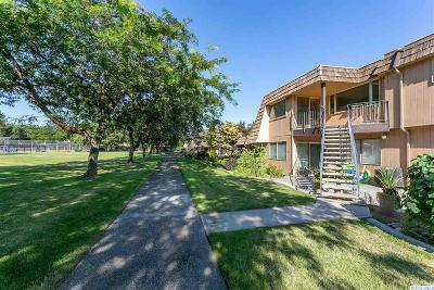 Kennewick Condo/Townhouse For Sale: 2913 W John Day Ave D-203 #D-203