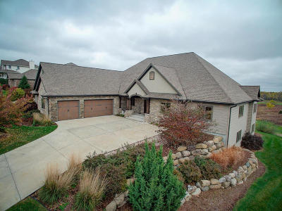 Lake Mills Single Family Home For Sale: 726 Pinnacle Dr
