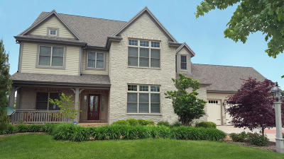 Waukesha Single Family Home For Sale: 1619 Moccasin Trl