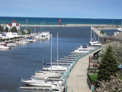 Racine County Condo/Townhouse For Sale: 17 Gaslight Pte Marina