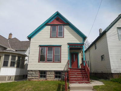 Milwaukee Single Family Home Active Contingent With Offer: 1624 E Belleview Pl