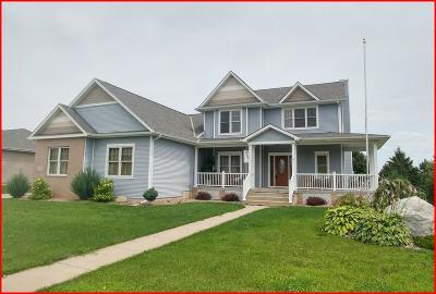 Lake Mills Single Family Home Active Contingent With Offer: 850 Pinnacle Dr