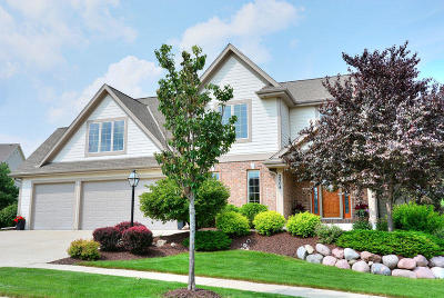 Waukesha Single Family Home Active Contingent With Offer: 2504 Trillium Hill Ct
