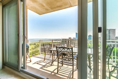 Milwaukee Condo/Townhouse Active Contingent With Offer: 1522 N Prospect #1001