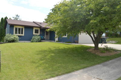 West Bend Single Family Home Active Contingent With Offer: 1305 Dandelion Ln
