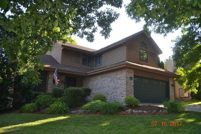 Waukesha Single Family Home For Sale: 1007 Larchmont Dr