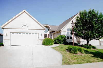 Waukesha Condo/Townhouse Active Contingent With Offer: 1129 Woodland Hills Dr