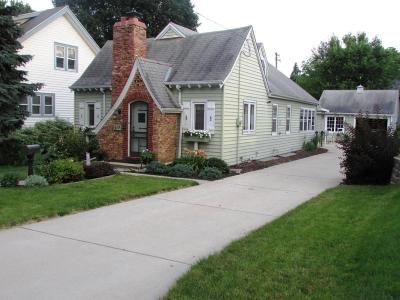 Waukesha Single Family Home For Sale: 915 Summit Ave