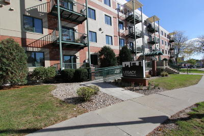 Shorewood Condo/Townhouse For Sale: 3710 N Oakland Ave #410