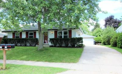 Waukesha Single Family Home For Sale: 230 Rivera Dr