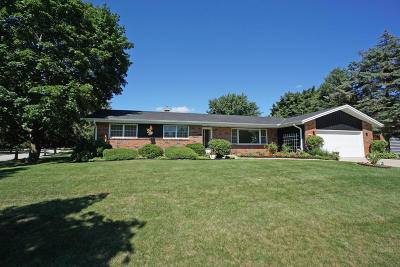 Waukesha Single Family Home Active Contingent With Offer: 2512 Minot Ln