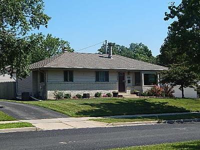 Menomonee Falls WI Single Family Home Active Contingent With Offer: $210,000