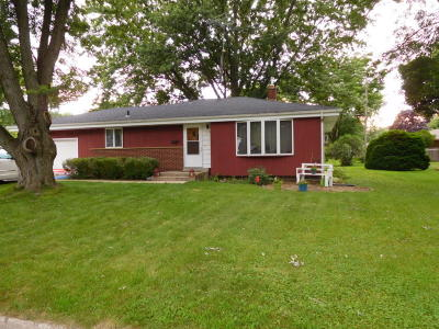 Fort Atkinson WI Single Family Home Active Contingent With Offer: $127,500