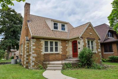 Milwaukee Single Family Home Active Contingent With Offer: 2655 S Linebarger Ter