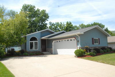Waukesha County Single Family Home For Sale: 1901 Patricia Ln