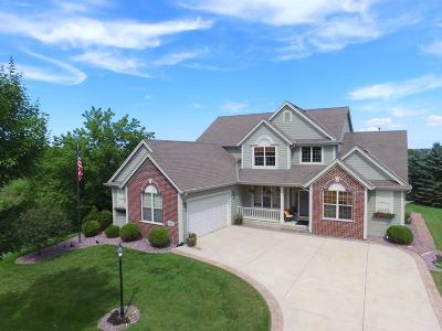 Waukesha Single Family Home For Sale: 2905 Lookout Ridge Ct