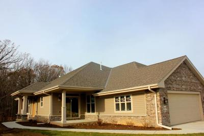 Menomonee Falls WI Condo/Townhouse Active Contingent With Offer: $359,900