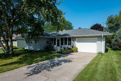 Ozaukee County Single Family Home Active Contingent With Offer: 925 N Webster St