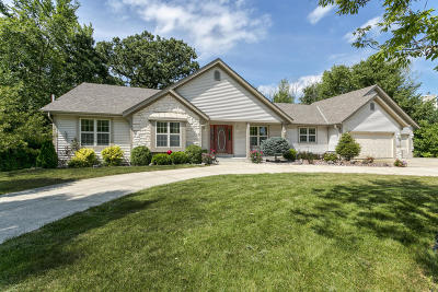 Waukesha County Single Family Home For Sale: S73w14894 Cherrywood Dr