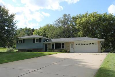 Waukesha Single Family Home For Sale: 21690 Hillcrest Dr.