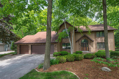 Milwaukee County Single Family Home For Sale: 10182 Whitnall Ct