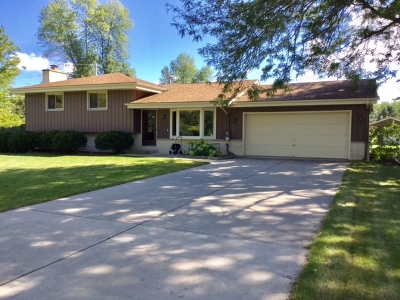 Mequon Single Family Home For Sale: 3127 W Grace Ave