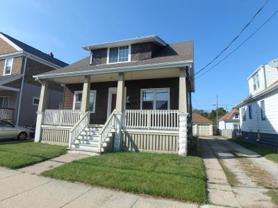 Milwaukee County Single Family Home For Sale: 912 Manitoba Ave